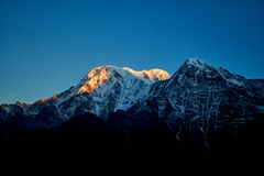 Ανατολή επάνω από το βουνό Annapurna στα βουνά Mardi Himal των Ιμαλαίων κοιλάδων στοκ φωτογραφία με δικαίωμα ελεύθερης χρήσης