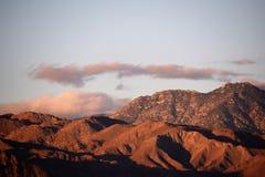 Ανατολή ερήμων με τα πορφυρά σύννεφα στοκ εικόνες