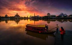 ανατολή καψίματος και η βάρκα στοκ φωτογραφία με δικαίωμα ελεύθερης χρήσης