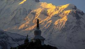 Ανατολή κοντά σε Annapurna με το ναό στο πρώτο πλάνο Στοκ φωτογραφία με δικαίωμα ελεύθερης χρήσης