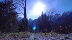 Ανατολή μεταξύ της φύσης των βουνών Άλπεων φιλμ μικρού μήκους