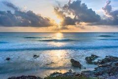 Ανατολή ξημερωμάτων πέρα από τη θάλασσα στοκ εικόνα με δικαίωμα ελεύθερης χρήσης
