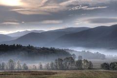 Ανατολή πέρα από τα βουνά και τα πεδία. στοκ εικόνες