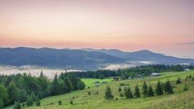 Ανατολή πέρα από τα βουνά και την ομίχλη στην κοιλάδα Χρονικό σφάλμα απόθεμα βίντεο