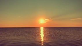 Ανατολή πέρα από την ήρεμη θάλασσα, ηλιόλουστος δρόμος φιλμ μικρού μήκους