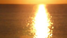 Ανατολή πέρα από την ήρεμη θάλασσα οι άνοδοι ήλιων δεξιά επάνω από τη θάλασσα και μια μεγάλη όμορφη ακτίνα απεικονίζονται στην επ απόθεμα βίντεο