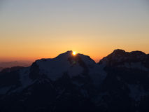 Ανατολή πέρα από την κορυφή βουνών στοκ φωτογραφία