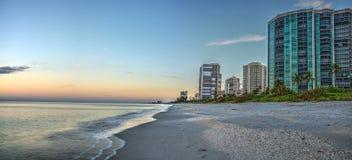 Ανατολή πέρα από την παραλία ακτών βόρειων Κόλπων κατά μήκος της ακτής στοκ εικόνα με δικαίωμα ελεύθερης χρήσης