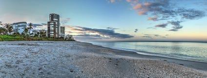 Ανατολή πέρα από την παραλία ακτών βόρειων Κόλπων κατά μήκος της ακτής στοκ εικόνα