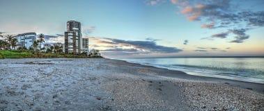 Ανατολή πέρα από την παραλία ακτών βόρειων Κόλπων κατά μήκος της ακτής στοκ φωτογραφία με δικαίωμα ελεύθερης χρήσης