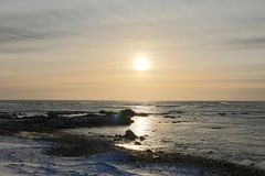 Ανατολή πέρα από τη μαύρη παραλία άμμου Στοκ εικόνες με δικαίωμα ελεύθερης χρήσης
