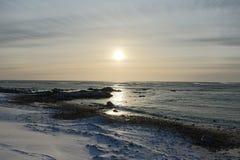 Ανατολή πέρα από τη μαύρη παραλία άμμου Στοκ φωτογραφία με δικαίωμα ελεύθερης χρήσης