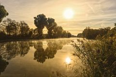 Ανατολή πέρα από τον ποταμό Regnitz κοντά στη Βαμβέργη, Βαυαρία στοκ εικόνα με δικαίωμα ελεύθερης χρήσης