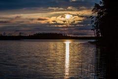 Ανατολή πέρα από το δάσος και τη λίμνη κατά τη διάρκεια των άσπρων νυχτών σε Kar Στοκ Φωτογραφίες
