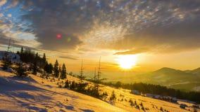 Ανατολή πέρα από το χειμερινό βουνό φιλμ μικρού μήκους
