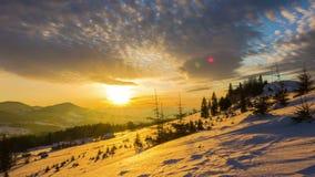 Ανατολή πέρα από το χειμερινό βουνό απόθεμα βίντεο