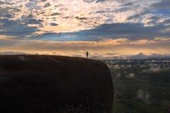 Ανατολή πρωινού και ομιχλώδης του βράχου δέντρων Στοκ φωτογραφίες με δικαίωμα ελεύθερης χρήσης