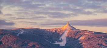 Ανατολή πρωινού στο βουνό Jested και το χιονοδρομικό κέντρο Jested Διάθεση χειμώνα Liberec, Δημοκρατία της Τσεχίας Πανοραμικός πυ στοκ εικόνες