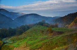 Ανατολή στα δύσκολα βουνά, σε Zakarpattya Ουκρανία Στοκ φωτογραφία με δικαίωμα ελεύθερης χρήσης