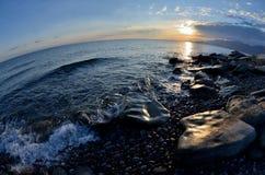 Ανατολή στην ακτή issyk-Kul, το τοπίο με τις όμορφες πέτρες και την κυματωγή στοκ εικόνα με δικαίωμα ελεύθερης χρήσης
