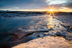 Ανατολή στην Ισλανδία πέρα από το νερό Στοκ εικόνες με δικαίωμα ελεύθερης χρήσης