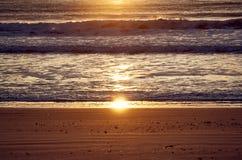 Ανατολή στην παραλία στοκ εικόνα με δικαίωμα ελεύθερης χρήσης