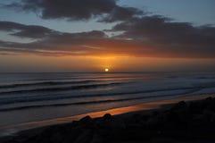 Ανατολή στην παραλία Waihi στοκ φωτογραφία