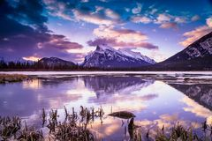 Ανατολή στην πορφυρή λίμνη, εθνικό πάρκο Banff Στοκ εικόνα με δικαίωμα ελεύθερης χρήσης