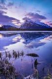 Ανατολή στην πορφυρή λίμνη, εθνικό πάρκο Banff Στοκ Φωτογραφίες