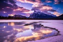 Ανατολή στην πορφυρή λίμνη, εθνικό πάρκο Banff Στοκ Εικόνα