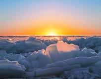 Ανατολή στη λίμνη Baikal το χειμώνα, ανατολική Σιβηρία στοκ εικόνες