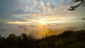 Ανατολή στο βουνό τοπίων σύννεφων σε μια χειμερινή εποχή στην Ταϊλάνδη φιλμ μικρού μήκους