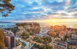 Ανατολή στο Μονακό: Λιμένας Fontvieille και βράχος του Μονακό Στοκ Φωτογραφία