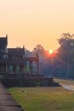 Ανατολή στο Angkor Wat Ο μεγαλύτερος ναός σύνθετος και το μεγαλύτερο θρησκευτικό μνημείο στον κόσμο Όμορφο πρωί Στοκ Εικόνες