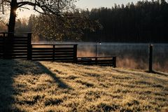 Ανατολή φθινοπώρου πέρα από τη λίμνη Στοκ Φωτογραφία