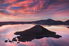 Ανατολή Hillman στην αιχμή, εθνικό πάρκο λιμνών κρατήρων με τη θερινή σκηνή Πανοραμική άποψη της βαθύτερης λίμνης στις ΗΠΑ στοκ εικόνες