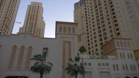 Ανατολική αρχιτεκτονική και σύγχρονα κτήρια ουρανοξυστών στη μαρίνα του Ντουμπάι φιλμ μικρού μήκους