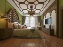 Ανατολική κρεβατοκάμαρα στο αραβικό ύφος, ξύλινο headboard και τους πράσινους τοίχους Μονάδα TV, πίνακας επιδέσμου, πολυθρόνα με  διανυσματική απεικόνιση