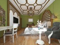 Ανατολική κρεβατοκάμαρα στο αραβικό ύφος, ξύλινο headboard και τους πράσινους τοίχους Μονάδα TV, πίνακας επιδέσμου, πολυθρόνα με  απεικόνιση αποθεμάτων