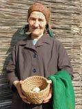Ανατολικο-ευρωπαϊκά ανώτερα αυγά εκμετάλλευσης γυναικών αγροτών στοκ εικόνα με δικαίωμα ελεύθερης χρήσης