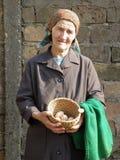 Ανατολικο-ευρωπαϊκά ανώτερα αυγά εκμετάλλευσης γυναικών αγροτών στοκ φωτογραφία με δικαίωμα ελεύθερης χρήσης