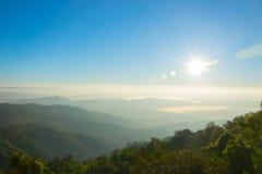 Ανατολή βουνών τοπίων με ομιχλώδη στο Μιανμάρ Στοκ Φωτογραφίες