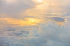 Ανατολή επάνω από τα σύννεφα από το παράθυρο αεροπλάνων Στοκ Φωτογραφίες