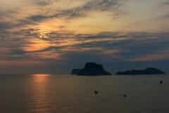 Ανατολή θάλασσας και ουρανού στο AO Prachuab, Prachuap Khiri Khan, νότος της Ταϊλάνδης Στοκ Φωτογραφία