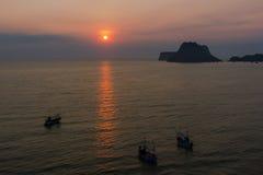 Ανατολή θάλασσας και ουρανού στο AO Prachuab, Prachuap Khiri Khan, νότος της Ταϊλάνδης Στοκ Εικόνες