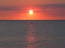 Ανατολή και βάρκα Στοκ Φωτογραφίες