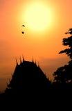 Ανατολή και ναός στην Ταϊλάνδη Στοκ εικόνα με δικαίωμα ελεύθερης χρήσης