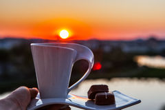 Ανατολή με ένα φλιτζάνι του καφέ Στοκ φωτογραφία με δικαίωμα ελεύθερης χρήσης