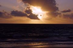 Ανατολή ξημερωμάτων στην παραλία Waimanalo πέρα από την ωκεάνια έκρηξη thr Στοκ φωτογραφίες με δικαίωμα ελεύθερης χρήσης