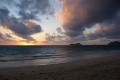 Ανατολή ξημερωμάτων στην παραλία Waimanalo πέρα από την ωκεάνια έκρηξη thr Στοκ Φωτογραφία